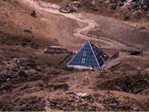 Etude l'ABC (Atmospheric Brown Cloud) grace à une pyramide de verre située au pied de l'Everest